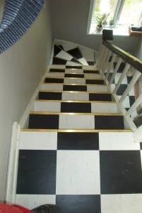 Hvid og sort ternet trappe