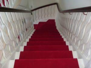 Trappe med rød løber