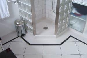 Badeværelse med vinylgulv i klinker